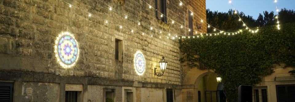 Un matrimonio con le luci della festa